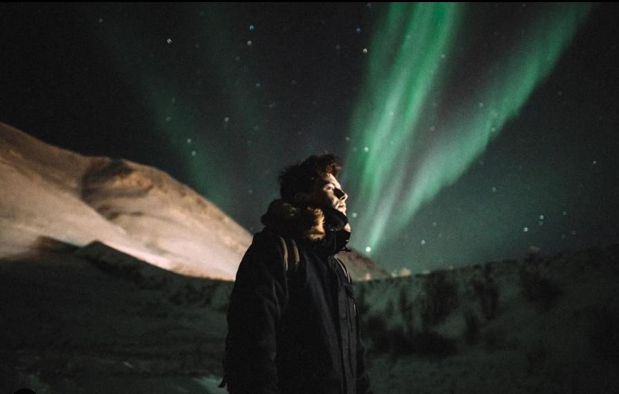 Petit Biscuit sous une aurore boréal, en Islande. Interview Parachute